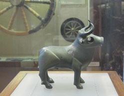 hallstattzeitliche Stierfigur aus Mähren (Býči Skála), 5.Jh. v. Chr., Naturhistorisches Museum Wien