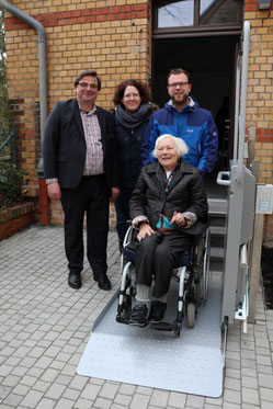 Die Bezirksvertretung 7 finanzierte den Roll-stuhllift. Bezirksbürgermeister Karsten Kunert, Verwaltungsleiterin Claudia von Rappard, Jugendreferent Lennart Welz, Helga Begere (v.l.).