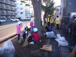 子供達も参加の松並木清掃ボランティア