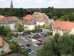 Blick aus der Vogelperspektive auf einen mit Autos vollgestellten Parkplatz
