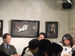 写真左から原田維夫、新潮社の高橋千裕さん、百鬼丸さん。うしろに見えるのは百鬼丸さんの「立体切り絵」です(すごい技術にビックリ!)