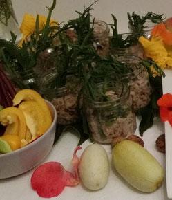 Buffet bunt Kräuter Wildkräuter vegetarisch Gemüse Waldorfsalat