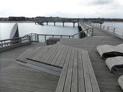 Bild: Holzliegen zum Relaxen auf der Seebrücke in Heiligenhafen
