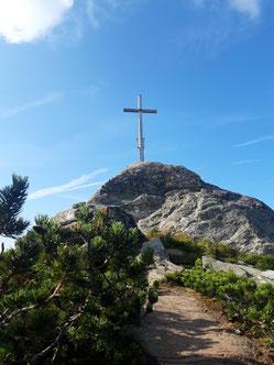 Saukarfunktel Gipfelkreuz nach dem Sonnenaufgangsfrühstück am Grießenkareck