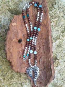 Lange Boho Ethno Perlen Halskette mit Engelsflügel-Anhänger, dunkelbraunen Holzperlen, runden Metallperlen sowie Türkis Glasperlen in verschiedenen Farbnuancen und Formen