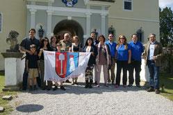 Familienmitglieder mit Schlossherr Alexander Bardeau vor Schloss Kornberg