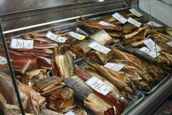Прилавки местных магазинов переполнены рыбными деликатесами.