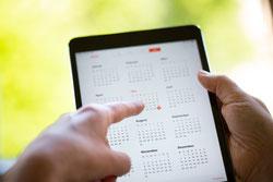 Termin vereinbaren, Terminkalender von Händen gehalten