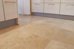 Verlegung Natursteinboden, Material Jura-Marmor, Oberflächenbearbeitung gebürstet