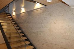 Verlegung Natursteintreppe, Material Jura-Marmor, Oberflächenbearbeitung sandgestrahlt und gebürstet