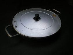 アルミ製のフタと径25cmの鉄板
