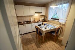 Küche mit Sitzecke und voll ausgestatteter Küchenzeile