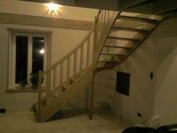escalier 1/4 tournat dans un coin de mur