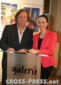 Gazmend Freitag, Mag. Alexandra Wolf-Zifferer, Leiterin der Galerie der Stadt Traun.