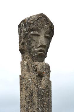 """Le Totem, """"la Pensée"""" à l'entrée du Prieuré"""