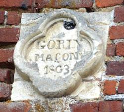 Dans le fronton du bâtiment, la signature du maçon, en 1863