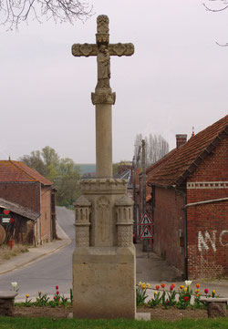 La croix de Castel: côté de la Vierge à l'Enfant