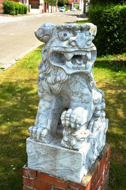 La femelle a sa patte sur un petit lion
