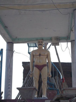 (インドに時折ある「地元の名士」らしい像。半裸だがいったいどんな名士なんだろうか)