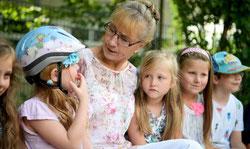 Mit einem Lied und einer großen Feier verabschiedeten sich die Kinder und Eltern von Christel Fingerle. Sie wusste schon früh, dass sie einmal mit Kindern arbeiten möchte. (Fotos: Dana Schmies / FUNKE Foto Service)