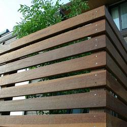 ハードウッドを使用したウッドフェンス