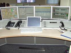 Diponentenplatz mit digitaler Landkarte, Status-schirm und dem ELDIS III Einsatzleitrechner