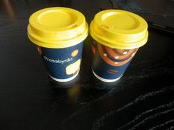 stockholm kioskのpressbyranコーヒー 黄色のフタと柄がおしゃれ