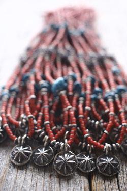 アンティークホワイトハートビーズのネックレス画像。