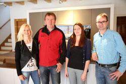 Firmenchef Hanspeter Lindner(2.v.l) mit seinen Büromitarbeitern