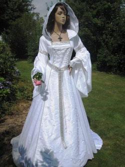 Brautkleid im Mittelalterstil, Hochzeitskleid in veredelter Baumwolle mit Stickerei, UNIKAT.