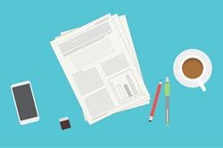 緑の芝生のうえに置かれた書籍。開いたページにマーガレットの花。