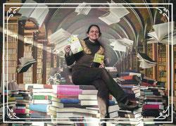 Die Inhaberin des Ladens umgeben von Büchern