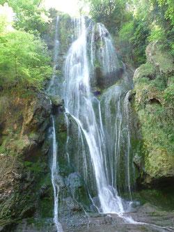 à Autoire, un des Plus Beaux Villages de France, grandes cascades pour se rafraîchir. Le ruisseau se jette dans la rivière Dordogne