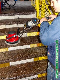 Markhauswart Reinging von rauhen Bodenplatten nass