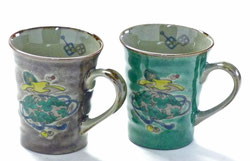 九谷焼『ペアマグカップ』宝尽くし 緑塗り&紫塗り 裏絵