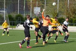 TuS C-Jugend im Spiel gegen Preußen. - Fotos: mal.