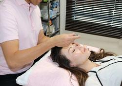美容鍼の施術中の様子