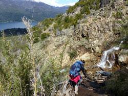 Je descends prudemment avec mes bâtons de randonnée au seul endroit au seul endroit où l'on peut traverser la cascade