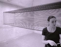Emanuela Fiorelli mit Rauminstallation aus Fäden