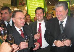 Fröhlich mit einem Glas Wein: Ministerpräsident und SPD-Vorsitzender Kurt Beck und Bauernverbandspräsident Sonnleitner bei der Grünen Woche 2007. Foto: Helga Karl