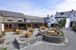 Bushmills Inn Hof mit Terrasse