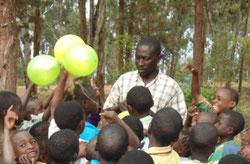 Der Leiter Shadrack Ntimba ist ein großer Kinderfreund.