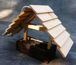 Деревянная кормушка для птиц.