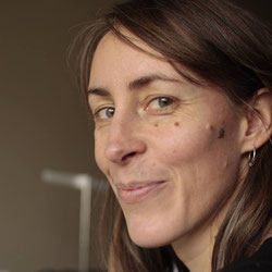 Portrait de la créatrice souriante