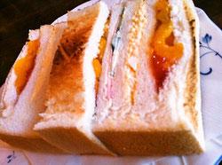 ハム、卵、ジャム&フルーツのトリプルサンドイッチ‼