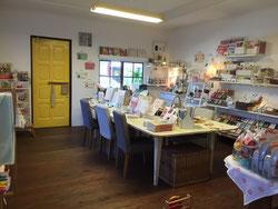 オリジナル絵本とベビーギフトの店「ダブルレインボー」店内