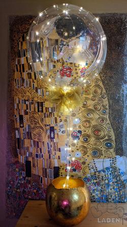 Glitzerballon mit LED Lichterkette in goldener Vase