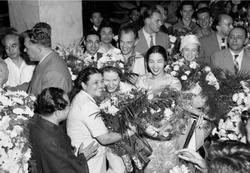 1957年ボリショイ劇場バレエ初来日 中央にレぺシンスカヤと来日に尽力した服部智恵子 服部・島田同門会所蔵