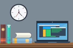 デスクにノートパソコンを広げて操作する男性の手。ペン立て、置時計、眼鏡、コーヒーの入ったカップ。