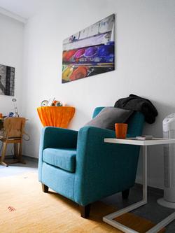 Praxisraum mit Sessel und Bild